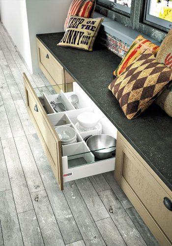 Casserolier avec rehausses en verre et subdivisions sur cuisine Arbois