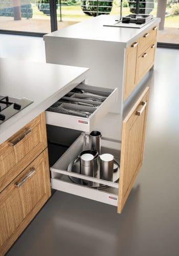 Porte coulissante sur casserolier avec tiroir à l'anglaise sur cuisine Liao-Targa